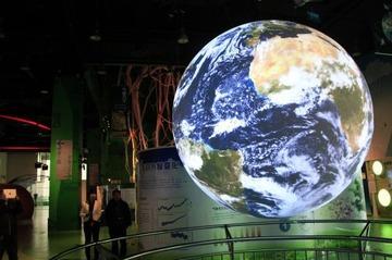 サウジアラビアの酋長「地球が自転してるのは嘘。自転と逆方向の飛行機が目的地に着くのが証拠だ」
