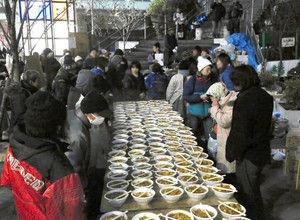 【東京】「命に関わる」 公園閉鎖で歩道脇で炊き出し → ネット民「命に関わるなら、なぜ年末だけ支援するのか」と疑問の声