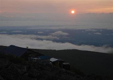 """【登山】「懐中電灯は売ってないか?」 2500メートルの山頂で聞いた""""愚問"""""""