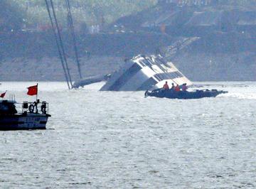 【中国】転覆の中国船、引き起こし始まる 死者82人に