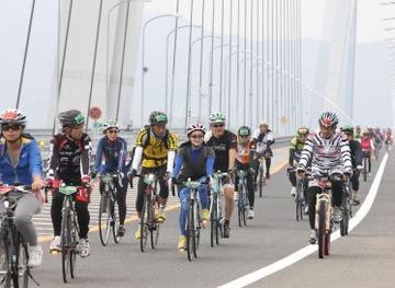 毎日新聞ヘリの気流か? めくり上がったマットで男性転倒、右手じん帯断裂…サイクリング大会「サイクリングしまなみ」
