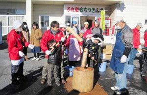 【茨城】一人暮らしのお年寄りにつきたての餅をプレゼント 年末恒例「ふれ愛もちつき広場」