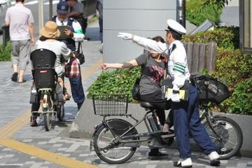 自転車利用者「歩道で歩行者から怒鳴られ、車道で車からクラクションを鳴らされる。どこを走ればいいのか」