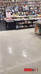 【韓国】第2ロッテワールドの本屋の床に大きな亀裂 → ロッテ「内装業者が悪い」