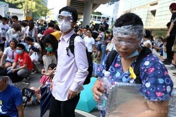 【香港】警官隊がデモ隊に催涙弾を発砲 → 香港人「これじゃ中国と同じだ!」