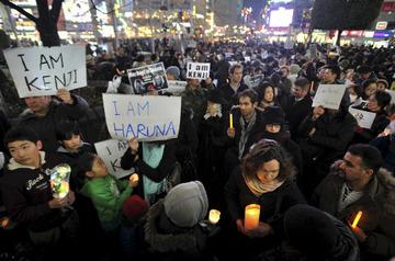 「私はケンジ」「私はハルナ」と名乗る人達がロウソク片手に渋谷駅前に集結