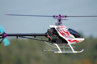 大型の無線操縦ヘリが操縦していた男性の顔面を直撃し、男性が死亡・・