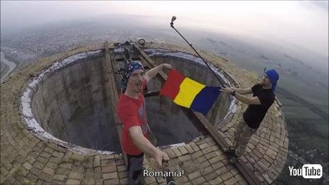【動画あり】256メートルの高さの煙突の上でへりを一輪車で回ったり、ジャグリングする動画がこわすぎるwwwwwwwww
