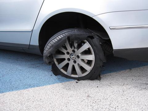 高速道路で走行中に、突如パンク! タイヤをチェックしてみたら、中から自分たちもよく使っているアレが出てきたんだが…