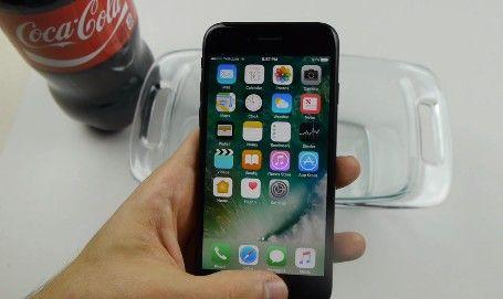 【動画あり】iPhone7をコーラ漬けにして、凍らして、ハンマーで叩いてみた結果wwwwwwwwwwwww