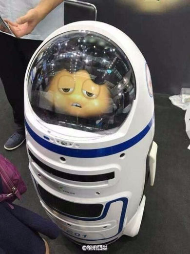 中国の展示ロボットがいきなりブースに突っ込み怪我人がでる事故が発生・・ロボット工学三原則に抵触?