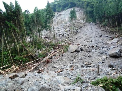 北海道羅臼町で車が土砂崩れに巻き込まれて海に転落し、男性が死亡