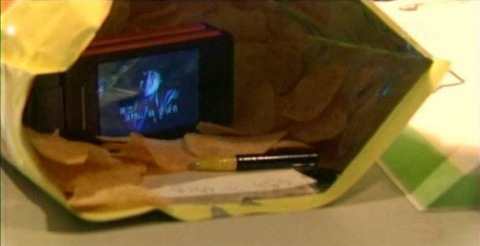 TVドラマ版『デスノート』、夜神月がポテチを利用してテレビを見ながらデスノートに記入するシーン、どう見てもバレバレだと話題にwwwwwwwwww