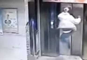【動画あり】中国人がエレベーターに乗り遅れる → ブチ切れて、エレベーターのドアにカンフーキックした結果wwwwww