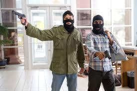2人組の男「銀行に押し入るンゴwwwwww」→ 裸、脱糞、気絶した状態で発見される
