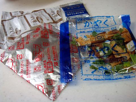 カップ麺「この袋は先入れ、それは後入れ、これはお湯注いだ後、それはほぐした後~」