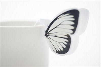 カップのフチに蝶々がとまって見えるデザインのティーバッグが登場!
