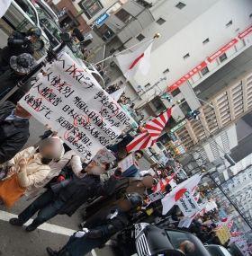 新大久保でデモ隊が衝突、あわや乱闘に「朝鮮人帰れ!」