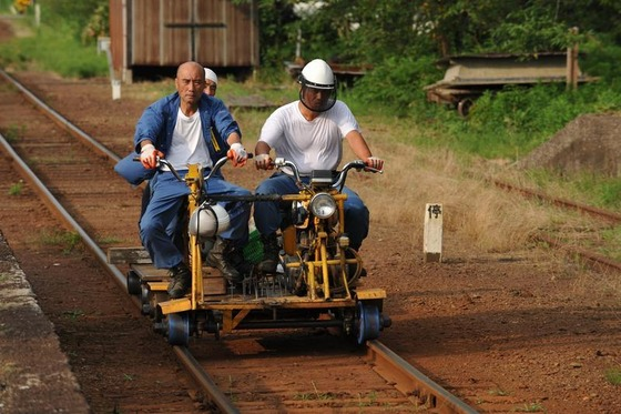 田舎で走ってる1両編成の電車wwww