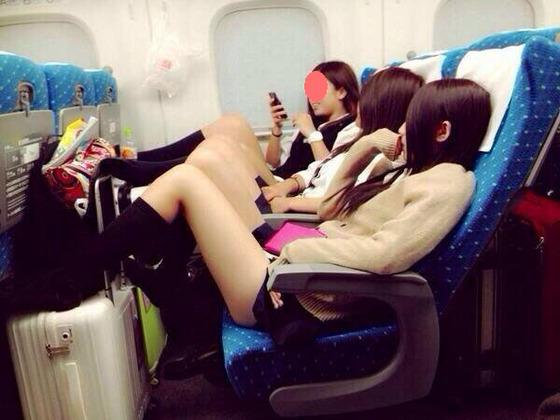 【画像】 新幹線に乗ってる女子高生がセクシーすぎて見えてる?