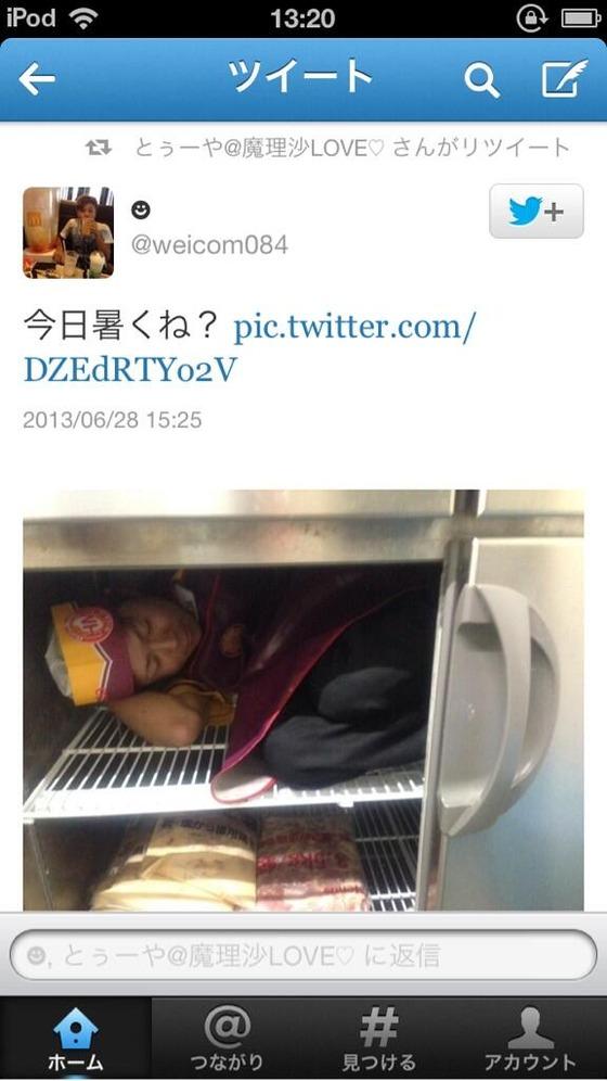 【画像】 今度は弁当の「ほっともっと」で食材冷蔵庫で寝る店員が現れる!衛生管理大丈夫か?