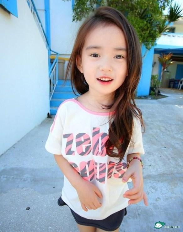 【画像】韓国の6歳の女の子の頭と手のバランスがおかしいと話題に