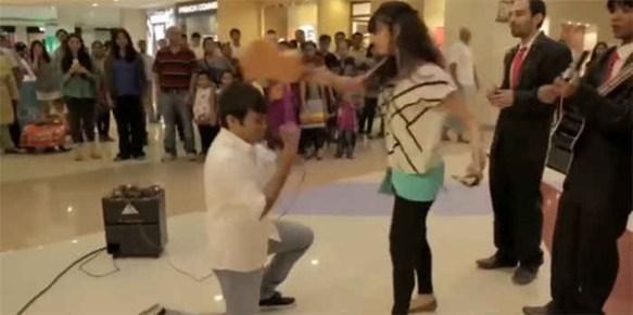 【動画】ドバイのショッピングセンターでサプライズプロポーズ → 女に拒絶されギターで殴られる