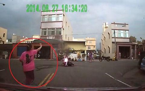 【台湾速報】ゴッドハンド!!手を挙げ、燃えるバイクの炎を消すお母さんww 台湾の反応「母最強!!」「そういうことかよww」「どこのバイク?」