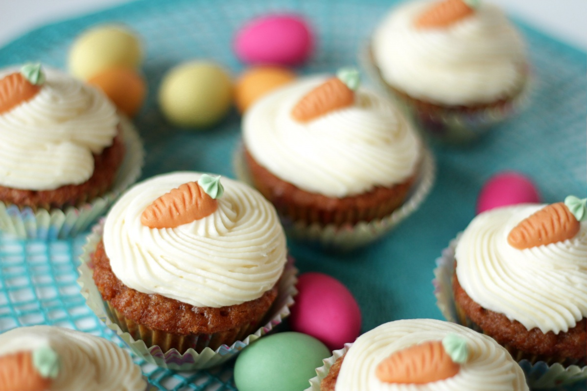karotten cupcakes mit cream cheese frosting. Black Bedroom Furniture Sets. Home Design Ideas
