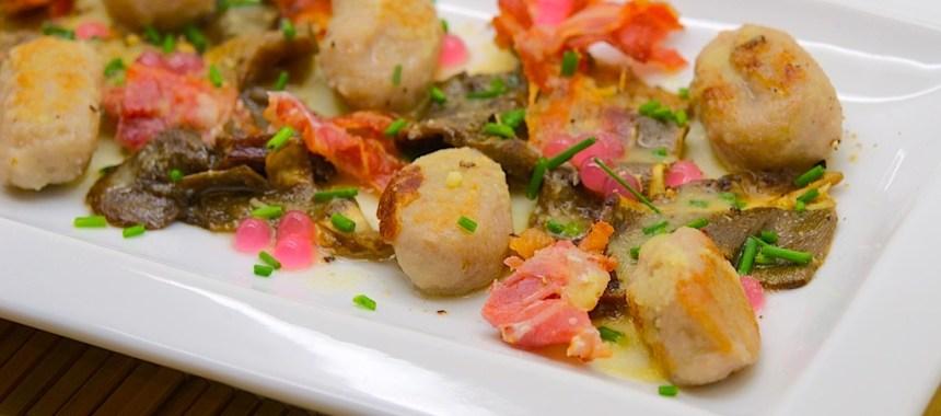 Gnocchis d'automne, cèpes au miso, croustillants de pancetta et fond de volaille corsé au parmesan