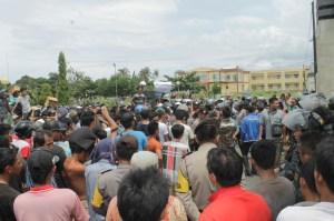 sekitar 1000 orang massa demo KPU, Panwas dan Kantor Bupati
