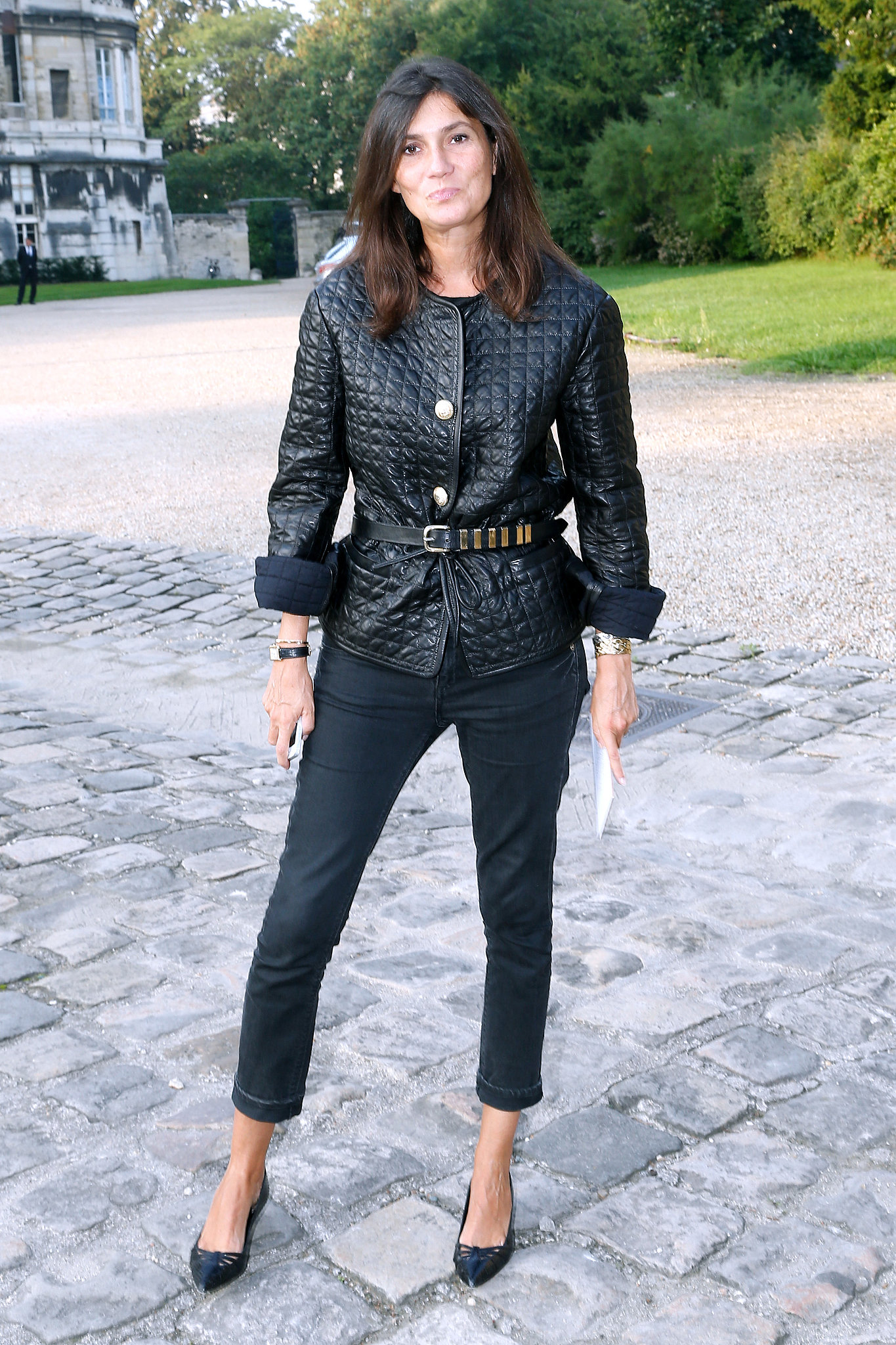 Emmanuelle-Alt-stood-out-all-black-sidewalk-before