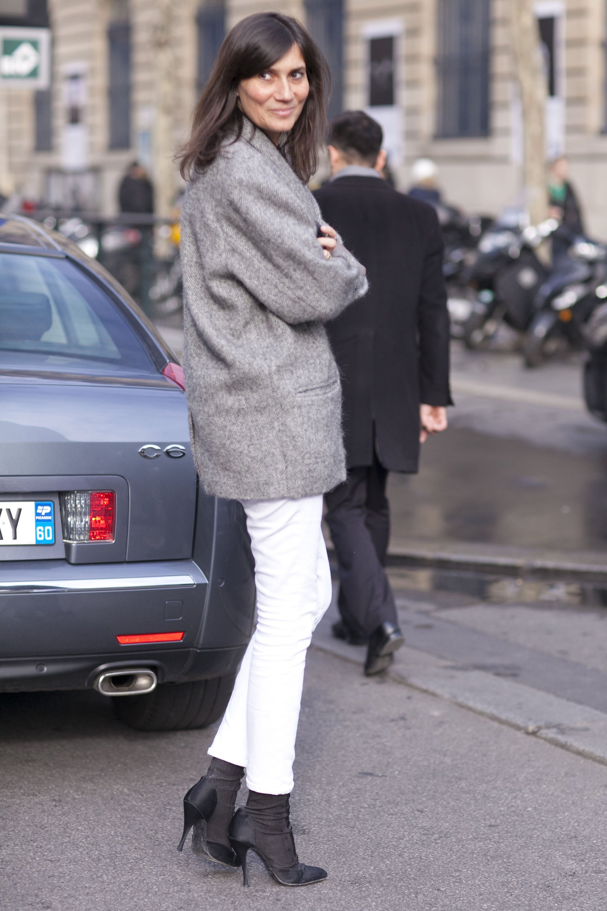 Emmanuelle-Alt-gives-white-denim-polished-seasonal-makeover
