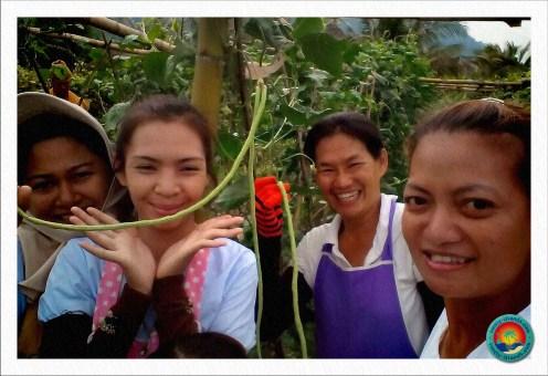 Thailändische Frauen bei der Gartenarbeit
