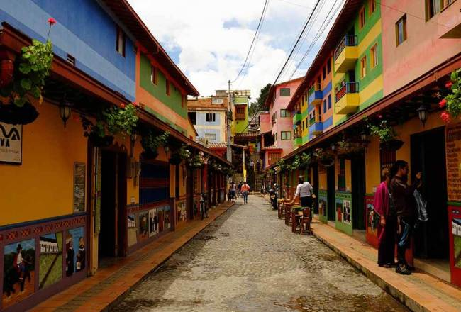 guatape4 colombia looking around