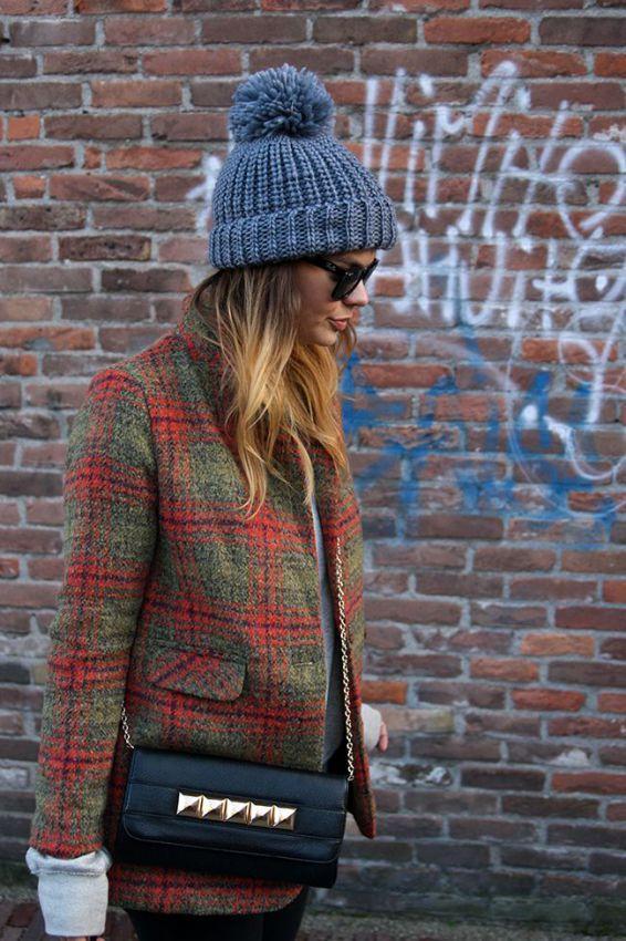 шапка с бубоном под пальто