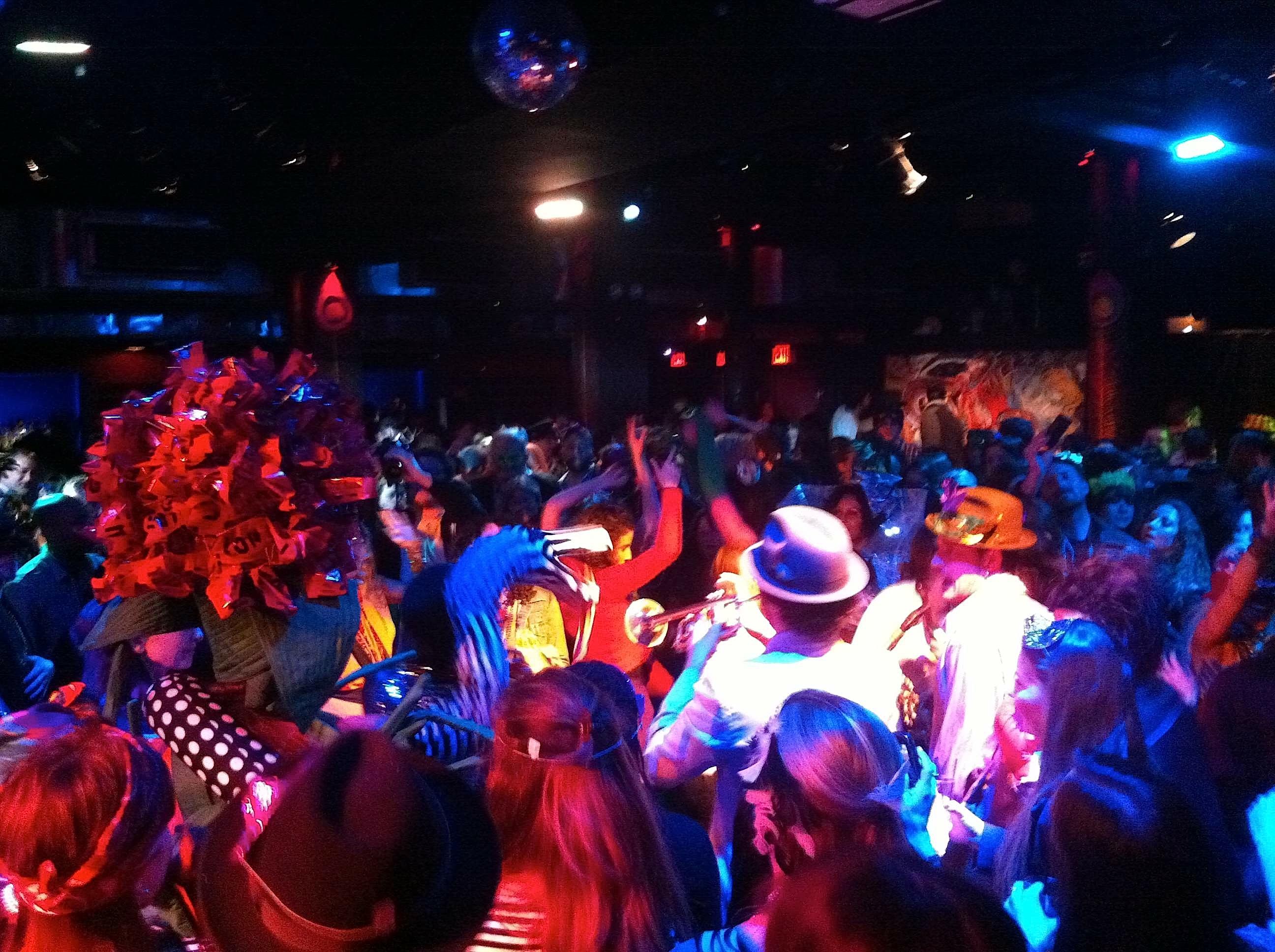 Niagara Falls Wallpaper Two Boots Celebrates Les Girl S Club Mardi Gras Style