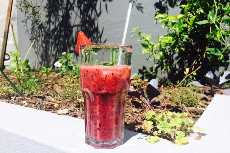 Smoothie: aardbeien, blauwe bessen en kokoswater