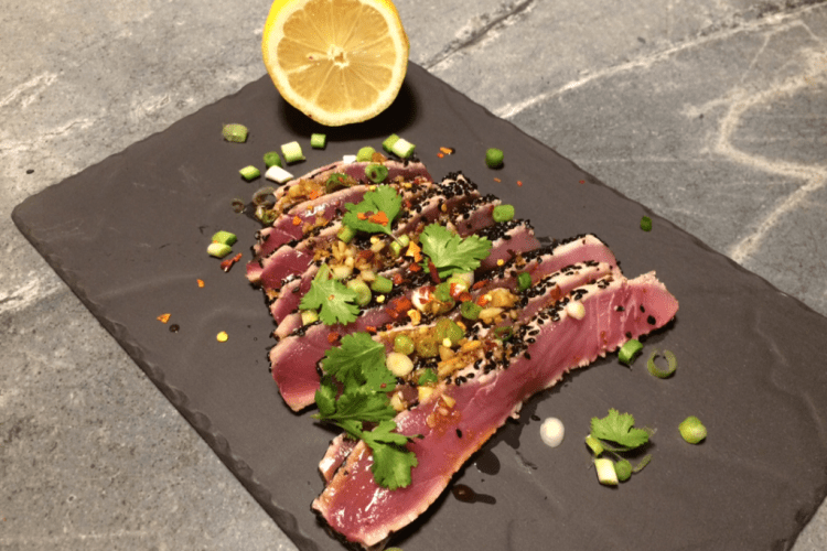 Kort aangebraden tonijn sashimi met gember, knoflook en sojasaus