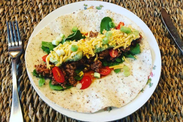 Open burrito met gehakt, guacamole en een eigen kruidenmix
