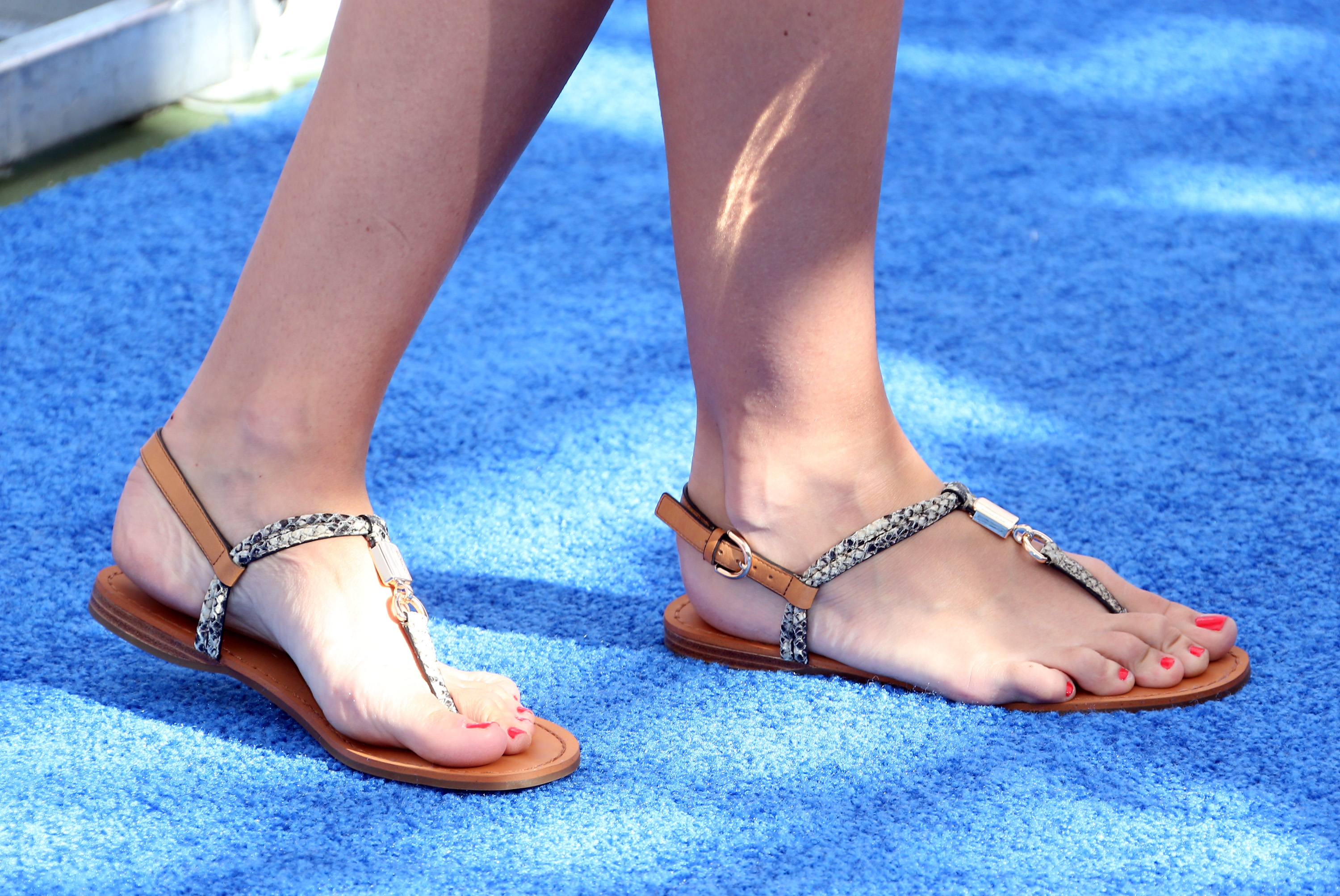 11 Wide Feet Shopping Tips To Help You Find The Most