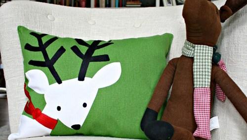 Christmas Throw Pillows Diy : Easy Christmas Throw Pillows DIY from Thrifty Decor Chick