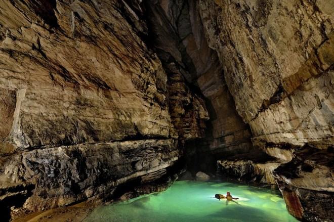 Есть в системе пещер Эр Ван Дон и кристально чистые озера