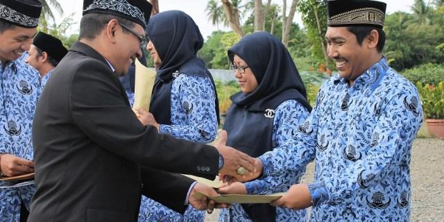 Pemberian Penghargaan Satya Lencana Bakti Kepada Pegawai LPMP Aceh
