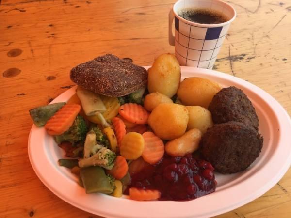 7-Helsinki_market-square_meatballs-smoked-reindeer_patti-morrow_luggageandlipstick.com_0781