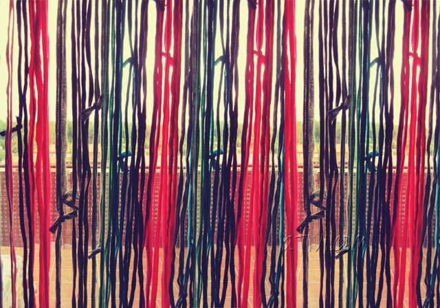 Ecco i tuoi avanzi di fettuccia colorati trasformati in tendina!