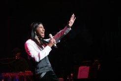Natalie Cole performing at the Apollo Legends Series