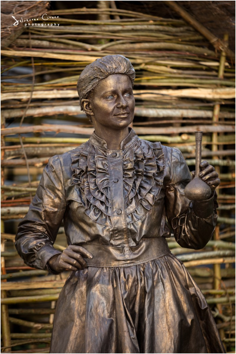 living-statue-scientist-marie-curie-lutrek-uk