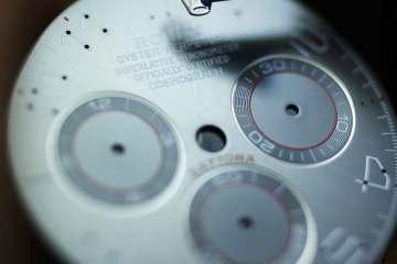 """Timemarkører sættes på skiven manuelt. Jeg havde forventet, at dette skete maskinelt, men forklaringen til den manuelle løsning var, at """"man kan ikke lære maskiner æstetik."""""""