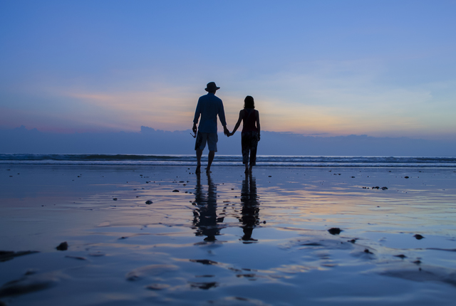 ngwesaung_-loving_couple_at_sunset_ngwesaung_beach